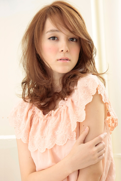 https://www.10500.com.tw/uploads/tadgallery/2018_03_15/152_110373_1_418x0.jpg 女生中長髮髮型